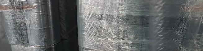 Рулоны черной пленки на складе, перемотаны стрейч пленкой и готовы к транспортировке рукав 1 м 400 мкм Ивановская Полимерная Компания